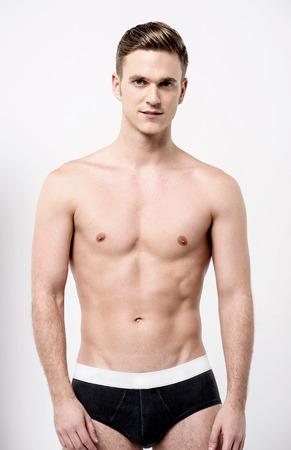 nackte brust: Mit nacktem Oberkörper männliches Modell in schwarzer Unterwäsche Lizenzfreie Bilder