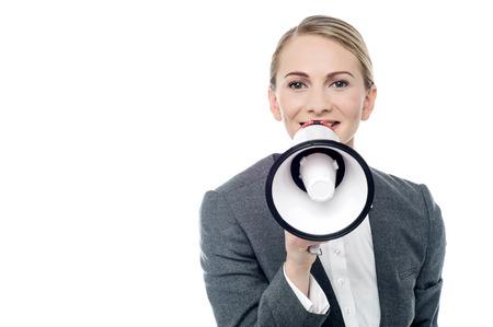 loudhailer: Mujer Coprate hace el aviso con loudhailer