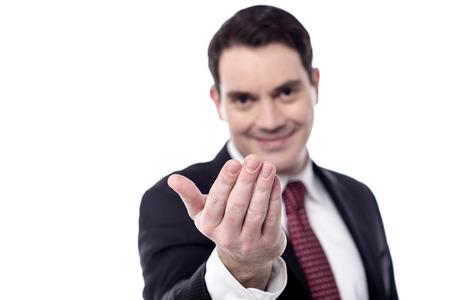 se�al de silencio: Sonriente hombre de negocios mano haciendo se�as a alguien