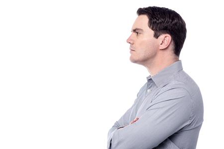 side pose: Actitud lateral del hombre confidente mirando copia espacio