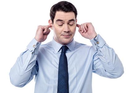 Geschäftsmann der Ohren mit den Fingern