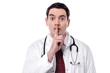 Médico masculino serio instruir a guardar silencio