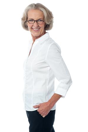 side pose: Actitud lateral de la mujer sonriente corporativa de alto nivel