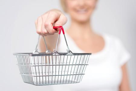 쇼핑 카트를 보여주는 여자의 자른 된 이미지