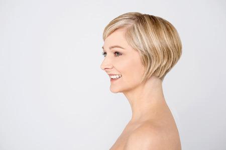 seins nus: Side pose seins nus de sourire femme d'�ge moyen