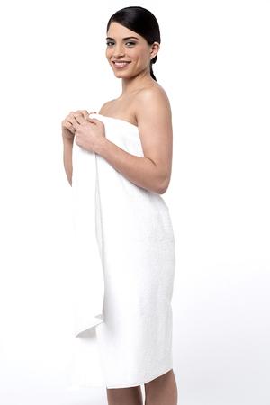 side pose: Actitud lateral mujer bonita cubri�ndose con una toalla