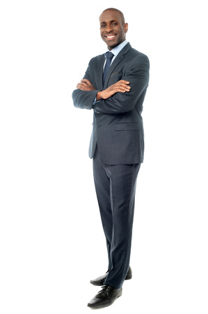 hombre de negocios: Chico corporativa que presenta con los brazos cruzados