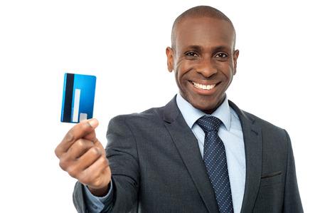 credit card: Hombre corporativo joven que muestra su tarjeta de débito
