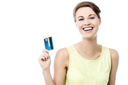 credit card: Mujer alegre mostrando su nueva tarjeta de crédito Foto de archivo