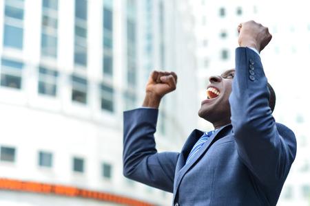 彼の成功を祝って興奮の実業家