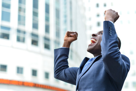 gente celebrando: Hombre de negocios emocionado que celebra su �xito Foto de archivo