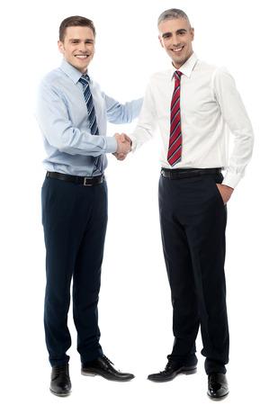 apret�n manos: Los j�venes de negocios d�ndose la mano despu�s de un acuerdo