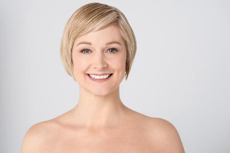topless: Topless femme d'�ge moyen pr�sentant � la cam�ra