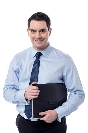 fascicule: Smiling male executive holding a black folder