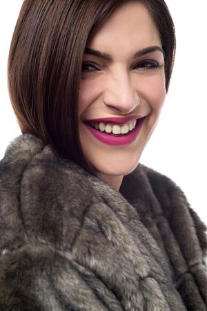 manteau de fourrure: Gros plan l'image de jeune femme en manteau de fourrure
