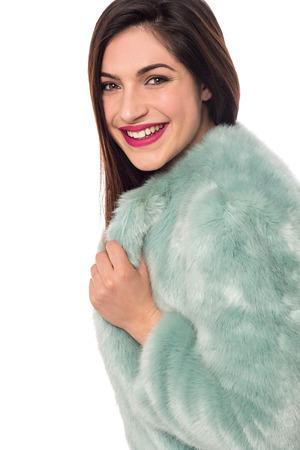 manteau de fourrure: Belle jeune femme dans un manteau de fourrure de luxe
