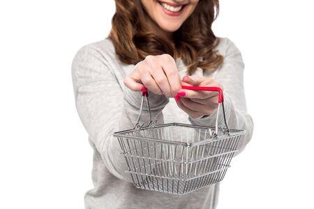 carretilla de mano: Recorta la imagen de la mujer que muestra la mini cesta Foto de archivo