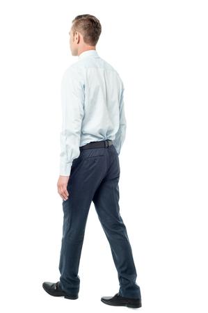 full length: Volledige lengte van zakenman lopen over wit