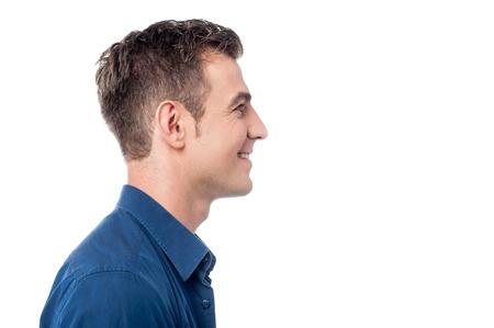 side pose: Actitud lateral del hombre joven sobre blanco