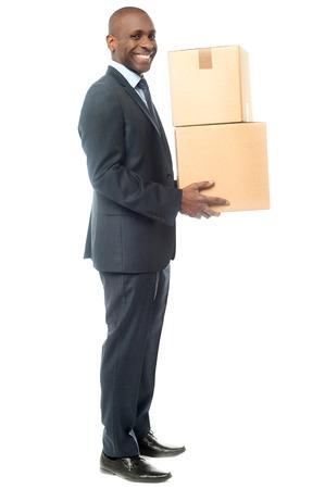 cajas de carton: Longitud total de hombre de negocios llevando cajas de cartón.