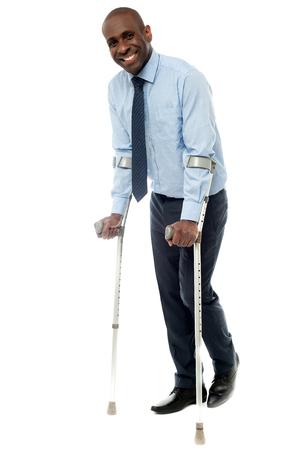 Sourire d'affaires en essayant de marcher avec des béquilles Banque d'images - 40522290