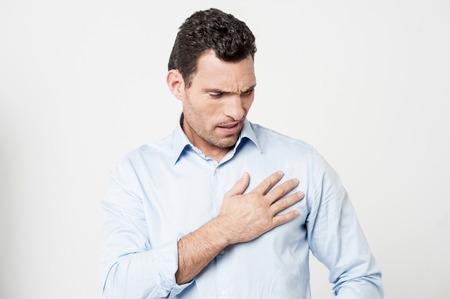 dolor de pecho: Hombre que sufre de dolor de pecho, ataque al coraz�n.