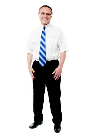 full length: Volledige lengte van zakenman over wit
