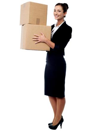 cajas de carton: Mujer corporativa con unas cajas de cart�n en la mano