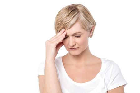 female head: Mujer preocupante sosteniendo su cabeza, la migraña
