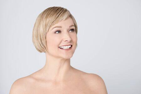 seins nus: Topless souriante femme d'�ge moyen regardant Banque d'images