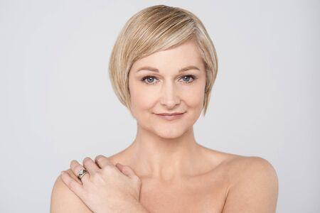 seins nus: Topless belle femme souriante sur gris Banque d'images