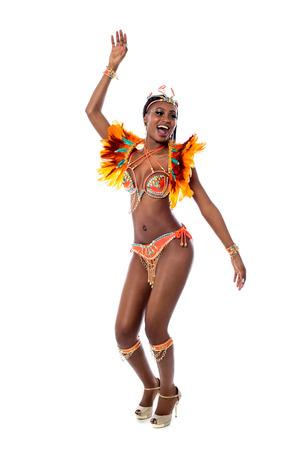 African dance: Samba bailarina mujer celebrando en el fondo blanco