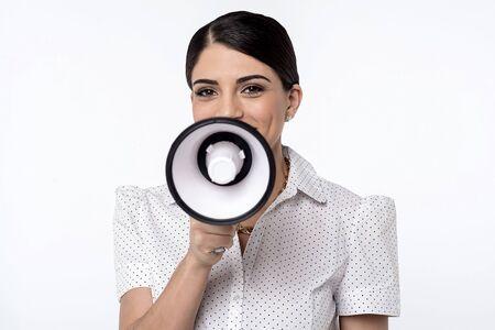 loudhailer: La publicidad de la mujer joven con meg�fono
