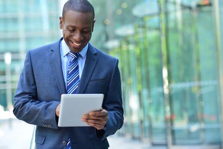 Glücklicher Chef-Betriebs seine digitalen Tablette im Freien