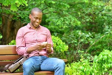 seated man: Mensaje de feliz lectura masculina oh su teléfono
