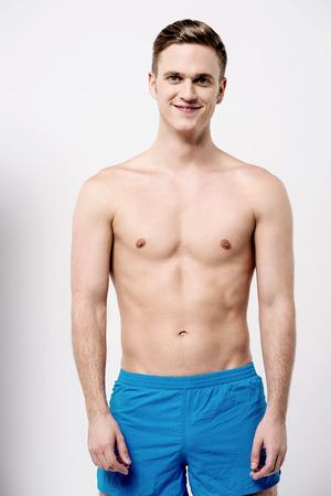 hombre flaco: Que muestra masculino hermoso joven de su cuerpo en forma