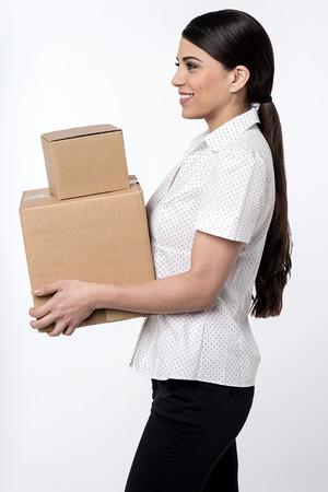 boite carton: Image d'une femme portant pile de bo�tes en carton