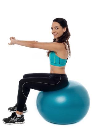 mujeres sentadas: Mujer entrenamiento de fitness ejercicio con pelota suiza Foto de archivo