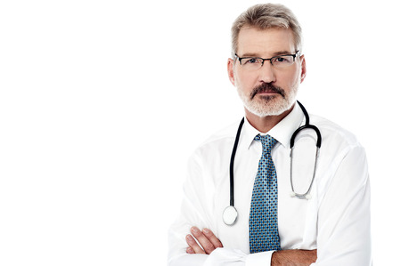 the doctor: M�dico hombre maduro posando con estetoscopio sobre blanco Foto de archivo