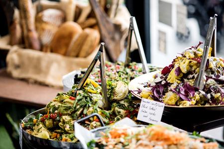 negocios comida: Ensaladas en recipientes individuales que aparecen en un buffet Foto de archivo