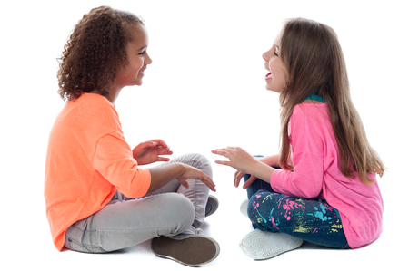 ni�as peque�as: Dos ni�as que se sientan en el suelo y jugando