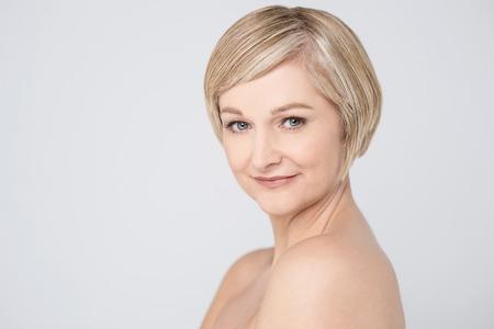seins nus: Topless belle femme souriante
