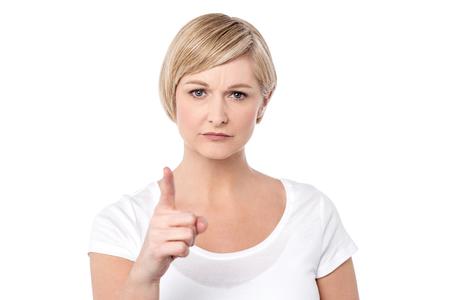 personne en colere: avertissement de femme en colère, fond blanc Banque d'images