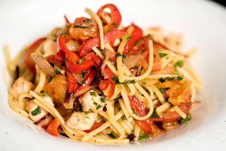 ensalada tomate: Espaguetis picantes con carne picada y verduras