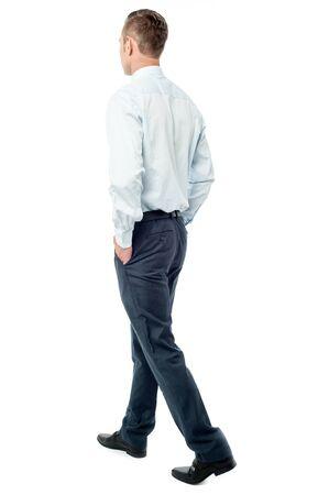 persona caminando: Joven hombre de negocios a pie de cámara Foto de archivo