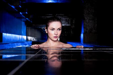 sauna nackt: Sexy sch�ne kaukasische Frau im Jacuzzi Lizenzfreie Bilder