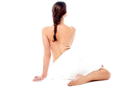 topless: Topless jeune femme couverte avec une serviette