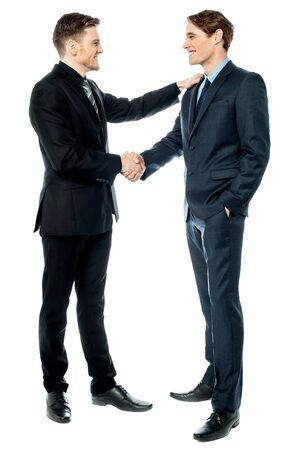 felicitaciones: Empresarios alegres dándose la mano