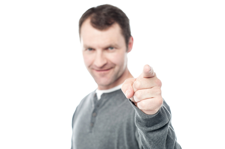 dedo indice: Hombre ocasional que señala su dedo índice hacia la cámara