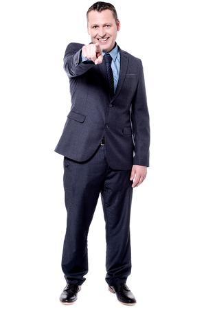 dedo �ndice: Apuesto hombre de negocios que se�ala su dedo �ndice hacia la c�mara Foto de archivo
